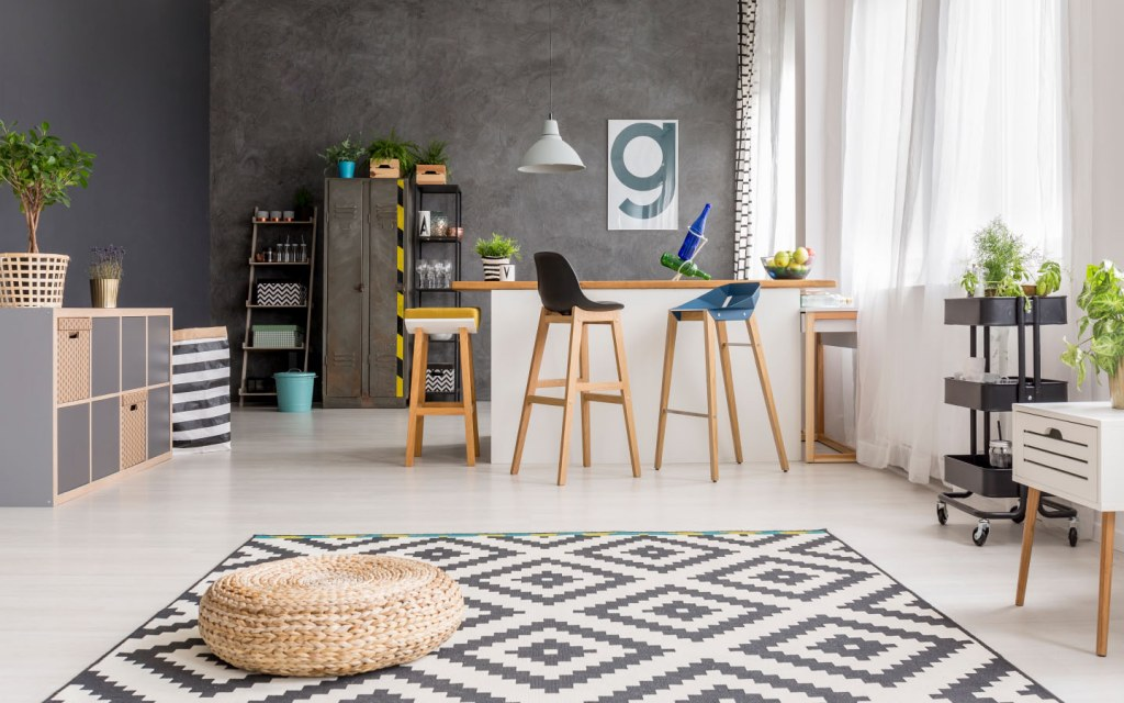 Black and white rug with geometrical shapes in a dining room