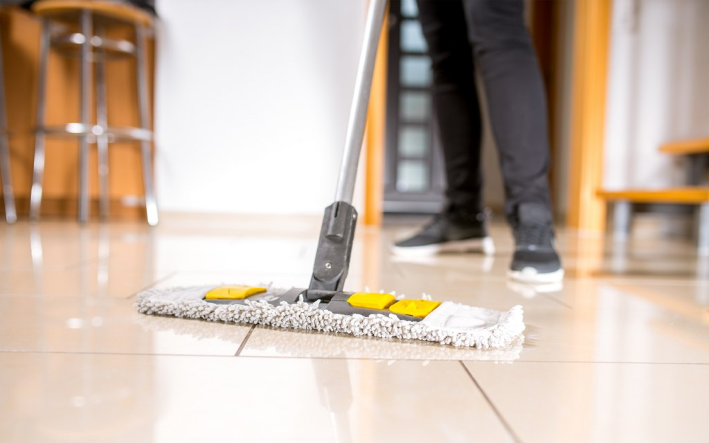 Cleaning floor tiles with a mop