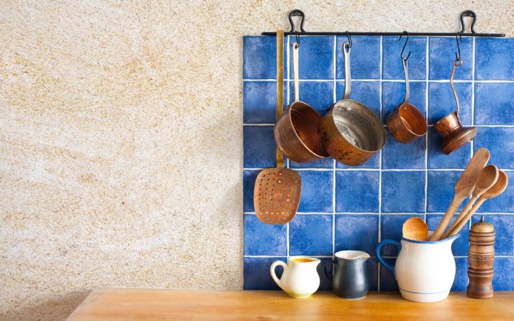Blue tiles backsplash in the kitchen