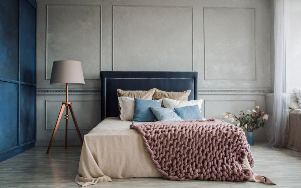 Modern bedroom with cosy quilt