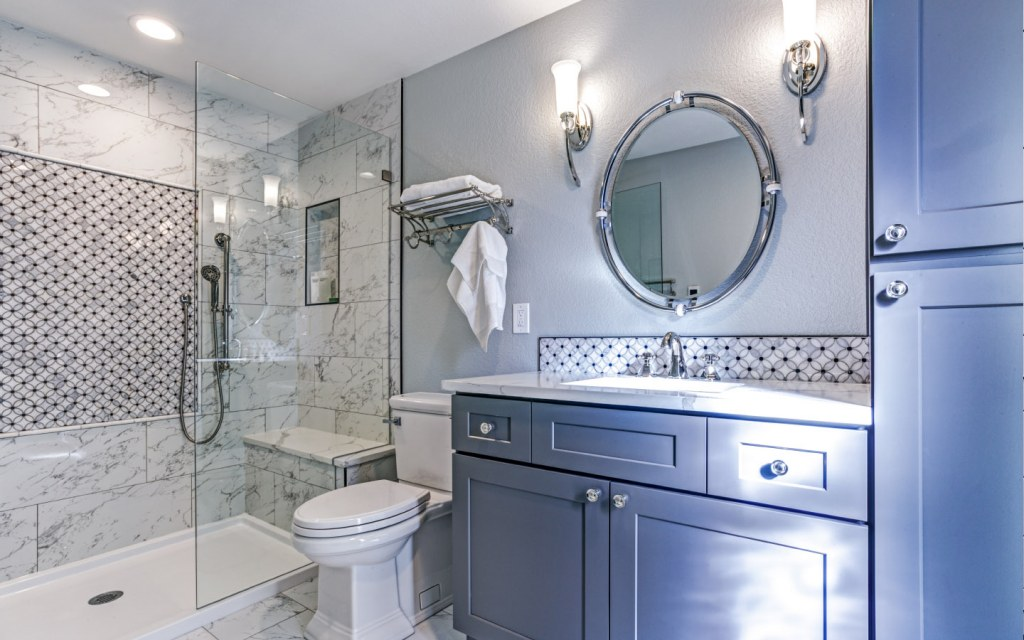 bathroom with mosaic accent tiles
