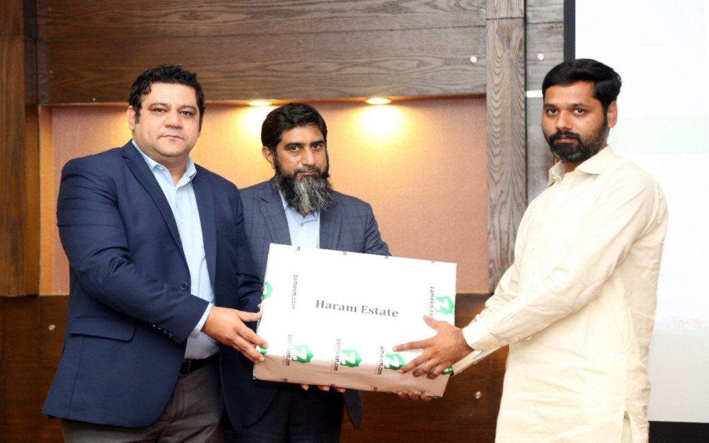 Zameen officials giving gifts to winners of quiz activity