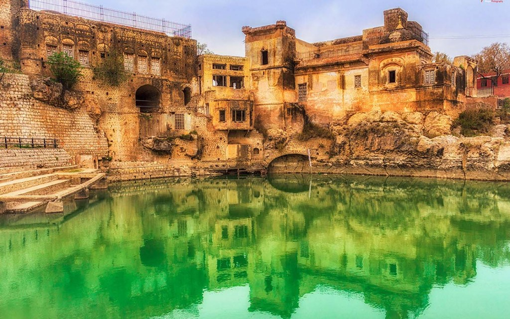 Kalar Kahar is one of the historical attractions near Dharabi Lake