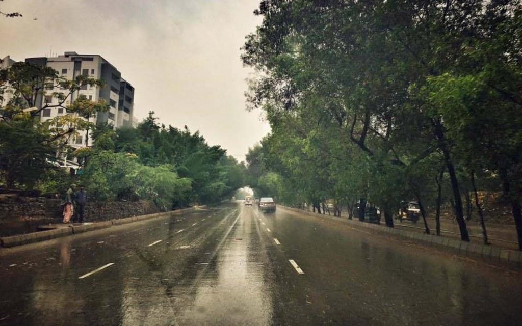 Rainy weather on Shaheed-e-Millat Road