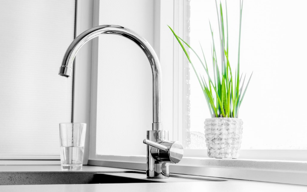 glass sink gives your kitchen a contemporary look